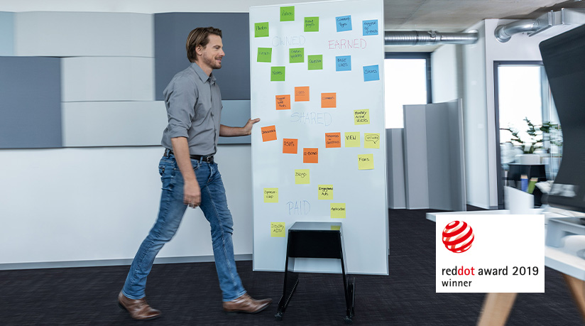 Das mobile Whiteboard-System ist einfach und vielseitig. Man kann es tragen oder ganz einfach im Stand drehen und schieben. Abbildung: SIGEL