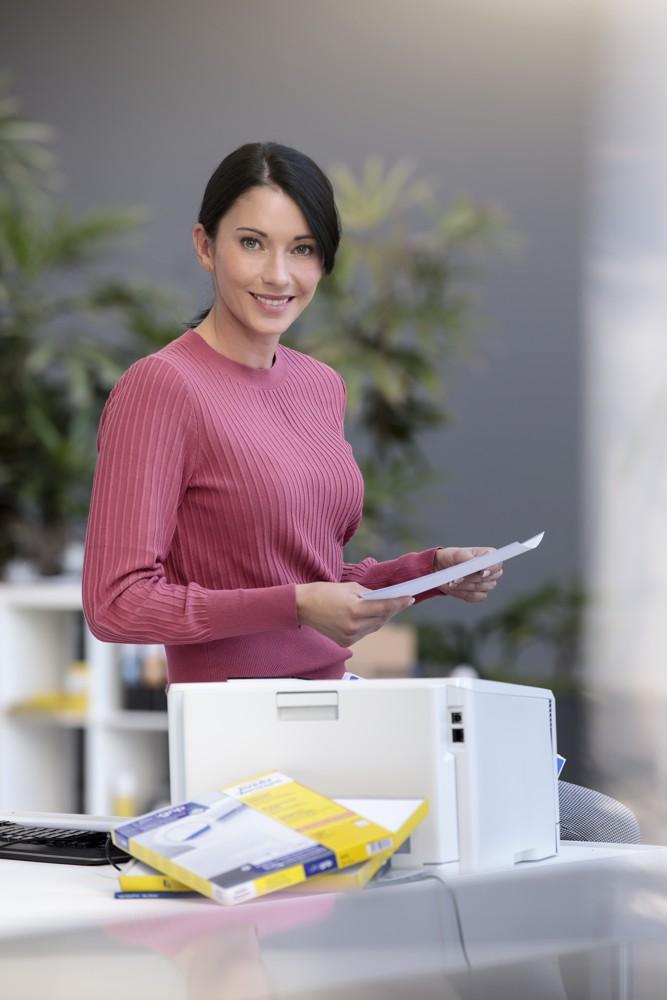 Die zum Patent angemeldete ultragrip-Technologie hilft Office Professionals dabei, ihre Aufgaben rund um Etiketten einfach, schnell und problemlos zu erledigen. Abbildung: Avery Zweckform