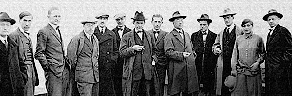 Die Bauhaus-Lehrer auf dem Dach des damals gerade errichteten Dessauer Bauhausgebäudes (1926).  Abbildung: Bauhaus Archiv Berlin, Musee National d'Art Moderne, Paris