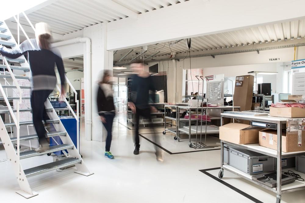 Blick in die Entwickungsabteilung von Nimbus – viele Innovationen im Bereich Licht und Akustik entstehen im Team in diesen Räumen. Abbildung: René Müller