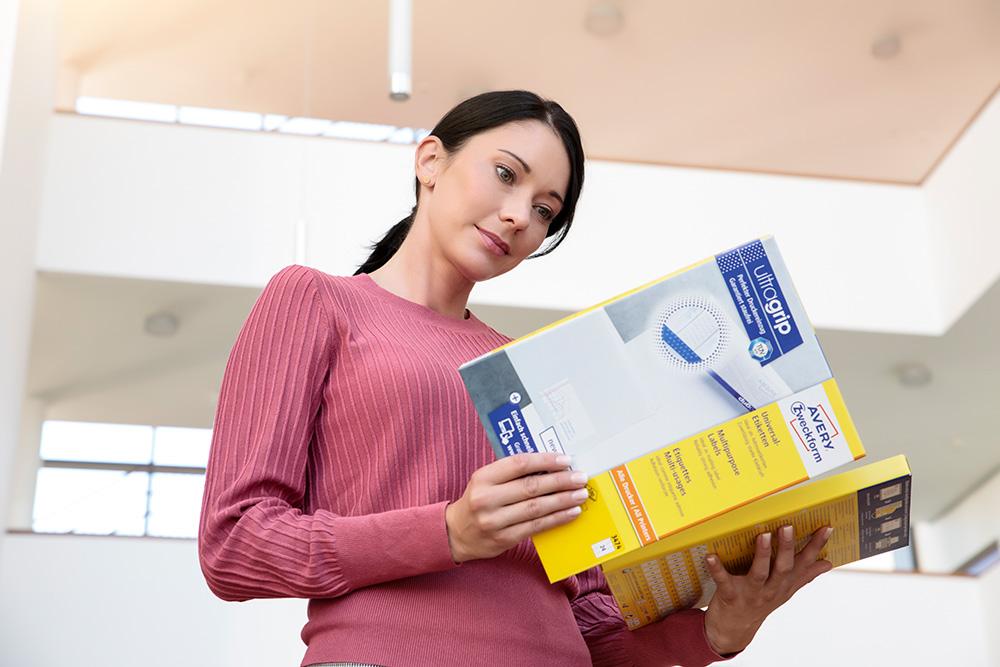 Die ultragrip-Etiketten von Avery Zweckform in der markanten gelben Verpackung. Abbildung: Avery Zweckform