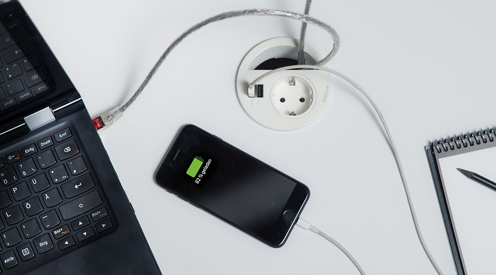 Das neue Elektrifizierungssystem Circle80 von Evoline mit zwei USB-Chargern. Die geringe Einbautiefe (50 Millimeter) ermöglicht  vielfältige Einbaumöglichkeiten – von Arbeits- und Konferenztischen bis zu Sitzbänken im Lounge-Bereich. Abbildung: Evoline