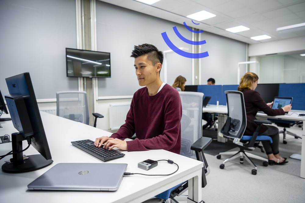 Per USB-Dongle am Notebook wird die Drahtlosverbindung zur LiFi-Leuchte aufgebaut.