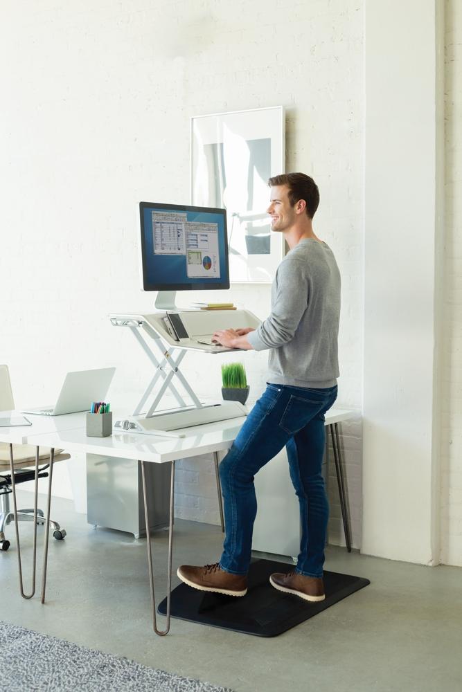 Die Sitz-Steh-Workstations Lotus DX und Lotus RT entlasten den Bewegungsapparat. Abbildung: Fellowes
