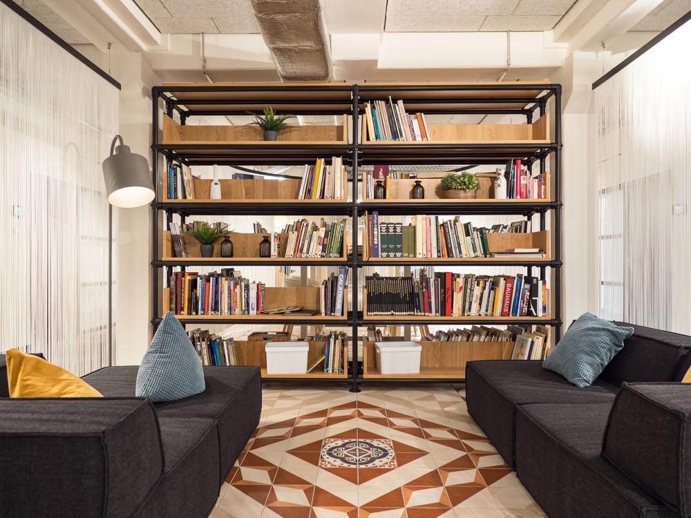 Raum für geistige Nahrung: die Bibliothek. Abbildung: Villeroy & Boch