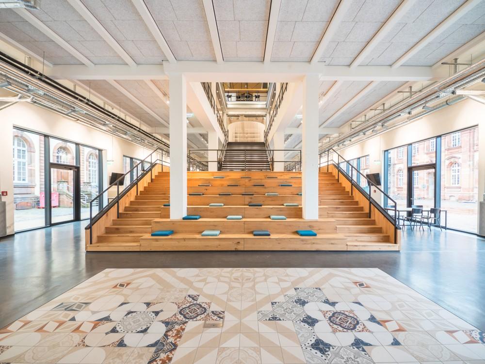Eine Treppe aus Eichenholz verbindet das Erdgeschoss mit den oberen Etagen.