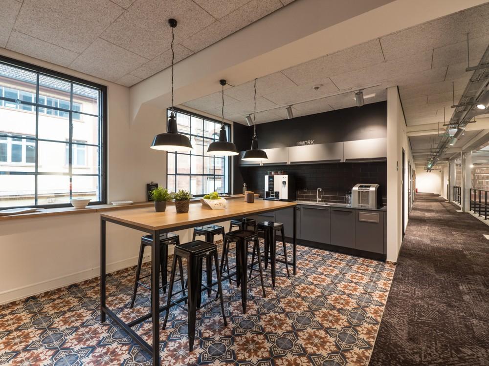 Der offene Küchenbereich für kommunikative Büropausen. Abbildung: Villeroy & Boch