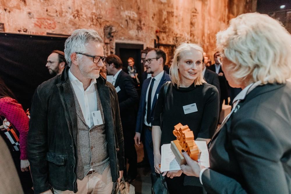 Bernd Fels (if5) und Dorothea Ott (Villeroy & Boch) bei der Verleihung des ZIA Office Awards am 21. März in Berlin. Abbildung: Villeroy & Boch