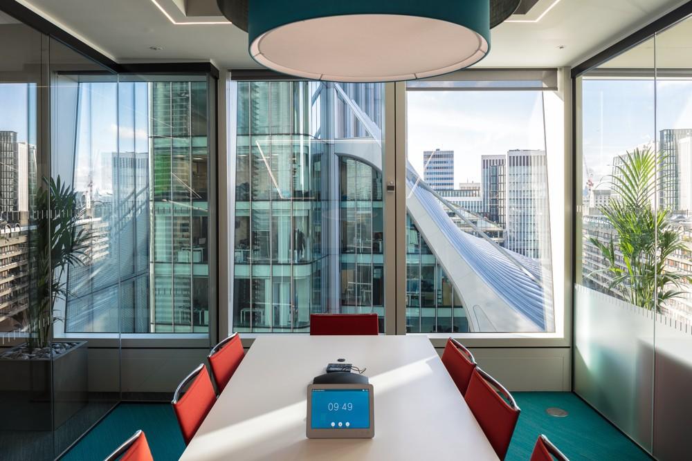 Meetingraum mit großzügigen Fenstern. Abbildung: Align