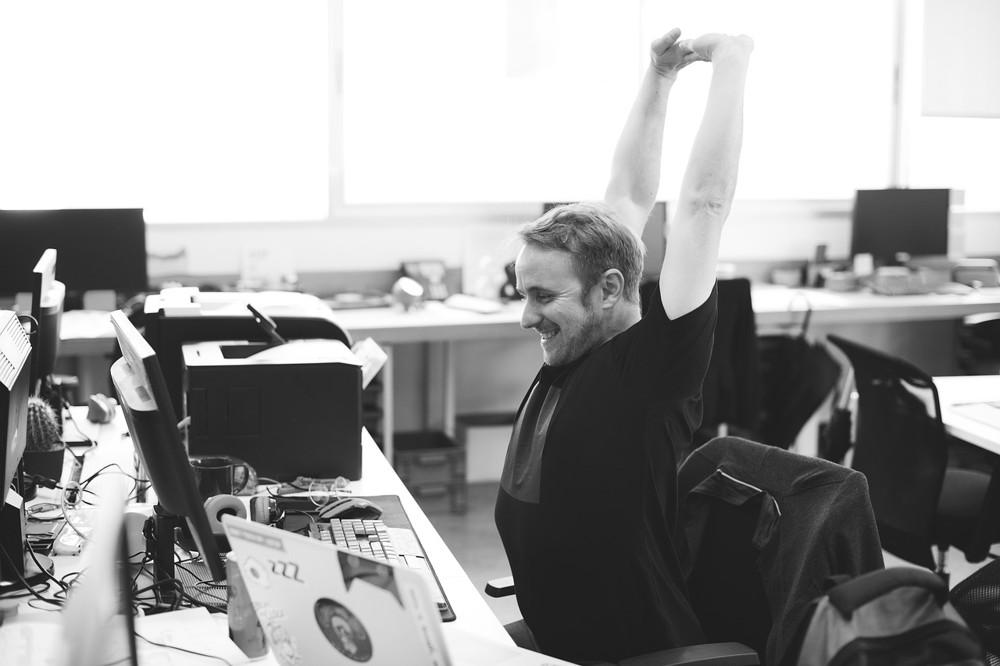 Strechtübungen am Arbeitsplatz helfen Verspannungen zu lösen oder zu vermeiden. Abbildung: Pixabay
