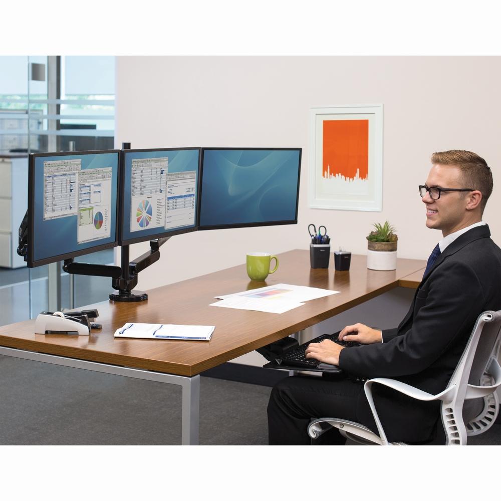 Der Dreifach-Monitorarm macht die Benutzung von drei Monitoren platzsparend und ergonomisch möglich. Abbildung: Fellowes