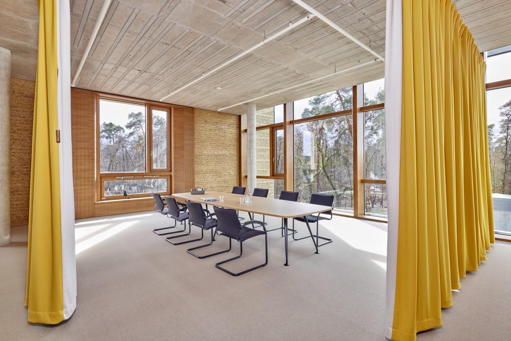 Offener Meetingraum mit Akustikvorhängen. Abbildung: Vitra/Eduardo Perez