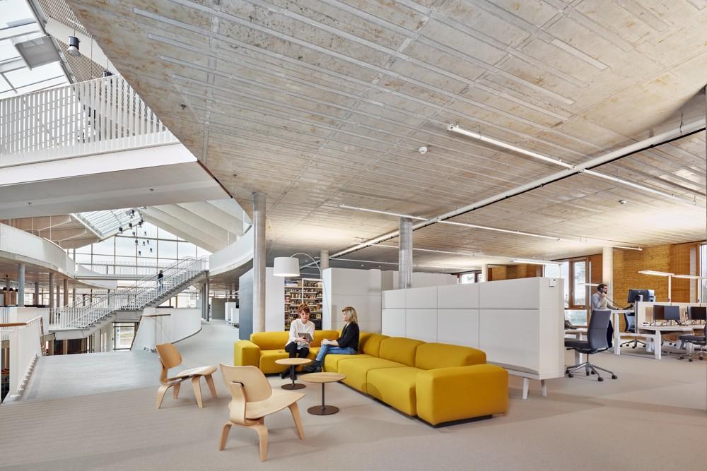 Open-Space-Arbeitsplätze wechseln sich mit Lounge-Bereichen ab. Abbildung: Vitra/Eduardo Perez