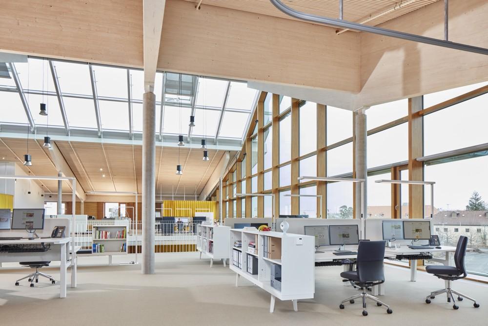 Dank großzügiger Raumhöhen und einer lichtoptimierten Gebäudegeometrie wird das Tageslicht in allen Stockwerken bestmöglich genutzt. Abbildung: Vitra/Eduardo Perez