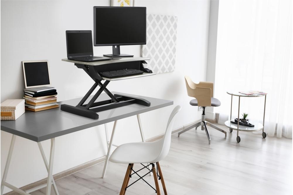 Steh-Sitz-Konverter lassen ergonomische Arbeitsplätze entstehen. Abbildung: Ergotron