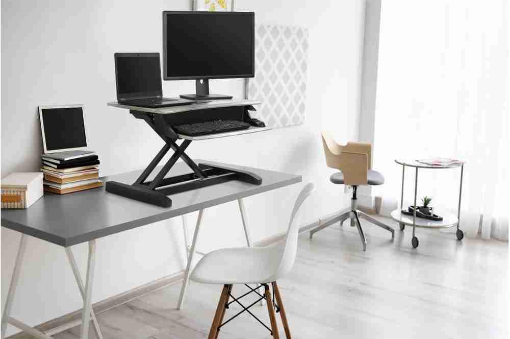 Steh-Sitz-Konverter ermöglichen ergonomische Arbeitsplätze. Abbildung: Ergotron