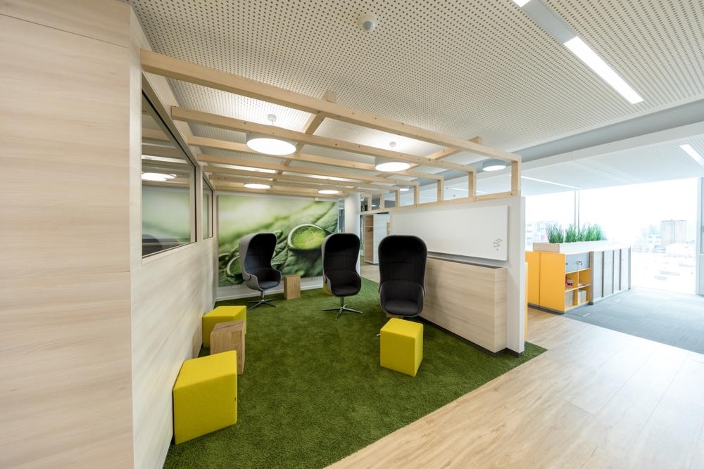 Raumtrenner für Besprechungsräume minimieren die Ablenkung der übrigen Mitarbeiter. Abbildungen: CEWE