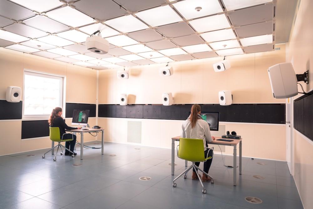 """In der High Performance Indoor Environment des Fraunhofer IBP erforschen Wissenschaftlerinnen und Wissenschaftler den """"leisen Lärm"""" und Lösungen, durch die Beschäftigte gesund, produktiv und zufrieden in Büroflächen arbeiten können."""