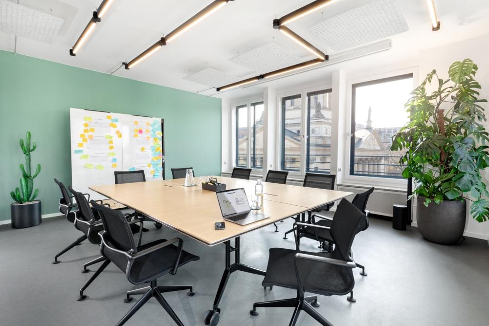 Der Konferenztisch kann bei Bedarf zusammengeklappt werden. Abbildung: Robert Lehmann Fotografie/www.lichtbilder-berlin.de
