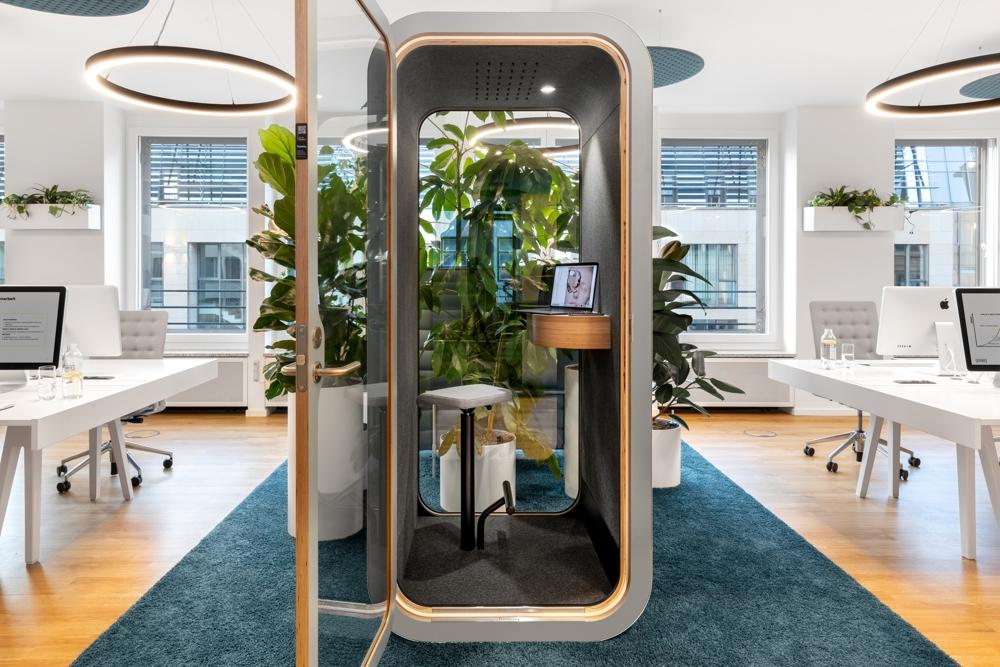 """Die schalldichte """"Telefonzelle"""" verhindert akustische Störungen. Abbildung: Robert Lehmann Fotografie/www.lichtbilder-berlin.de"""