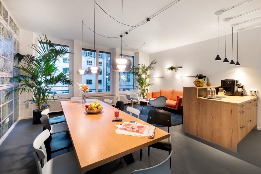 Lounge-Bereich mit Küche. Abbildung: Robert Lehmann Fotografie/www.lichtbilder-berlin.de