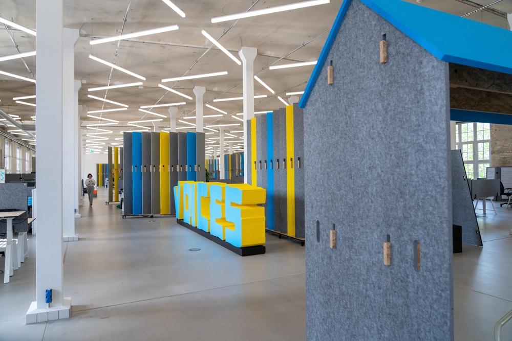 Die freie Zonierung der Arbeitsbereiche ist auf der gesamten Bürofläche möglich. Abbildung: Dirk Hanus