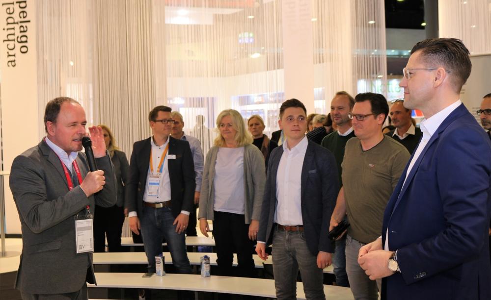 Interaktion ist angesagt: Herr Remmers von Wilkhahn motiviert die Zuhörer zum Mitmachen.