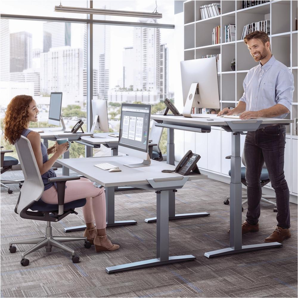 Mit Levado™ von Fellowes lässt sich jeder Tisch schnell und einfach in eine Sitz-Steh-Lösung verwandeln. Abbildung: Fellowes