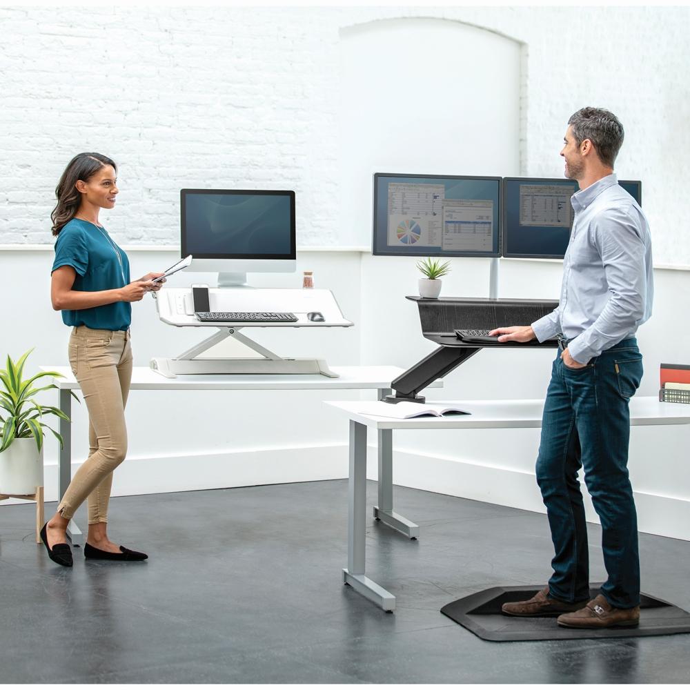 Die Fellowes Lotus™ RT ist Sitz-Steh-Lösung und Monitorarm in einem. Abbildung: Fellowes