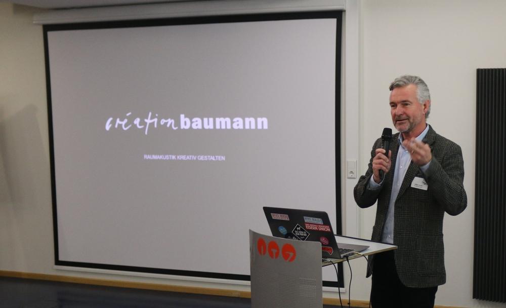 Stefan Schütz von Création Baumann sprach über textile Raumtrenner und Akustiklösungen.