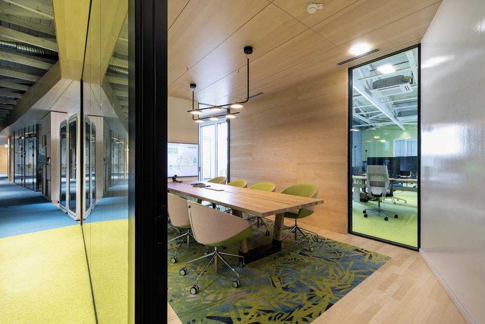 Ein Besprechungsraum für beschirmte wie transparente Arbeit. Abbildung: Evolution Design, Peter Würmli