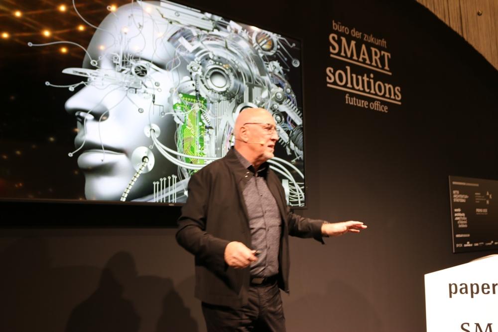 Jörg Bakschas sprach über Aspekte der Nachhaltigkeit im digitalen Wandel.
