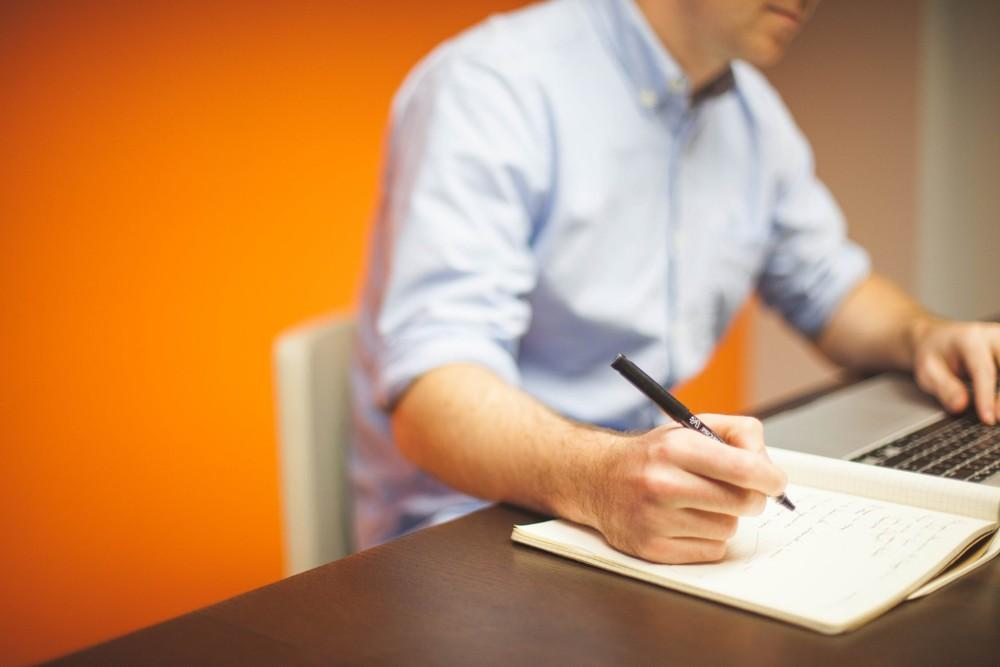 Neben der Nutzung von Notebook und Smartphone wird oft noch mit der Hand geschrieben. Abbildung: Unsplash