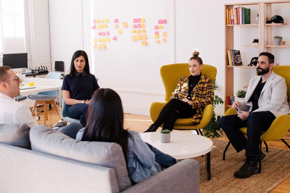 Mehr Zeit für das Wesentliche im Meeting: KI übernimmt das Protokoll, erinnert an Aufgaben und zeichnet nonverbale Reaktionen auf. Abbildung: You X Ventures/Unsplash