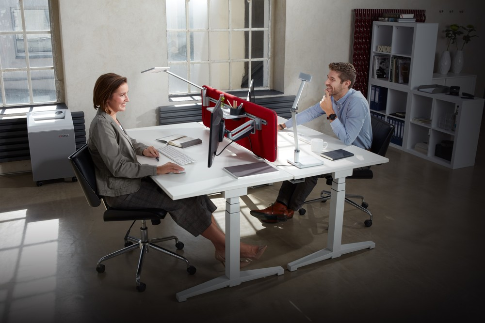 Das Novus-Mehrplatzsystem ermöglicht mit innovativen Monitorhalterungen ergonomische Arbeitsplatzlösungen.