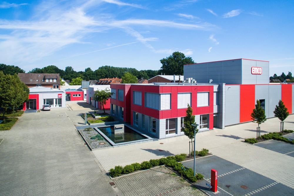 Novus Dahle ist Teil der emco group mit dem Hauptfirmensitz in Lingen an der Ems und mehr als 1.200 Mitarbeitern weltweit.