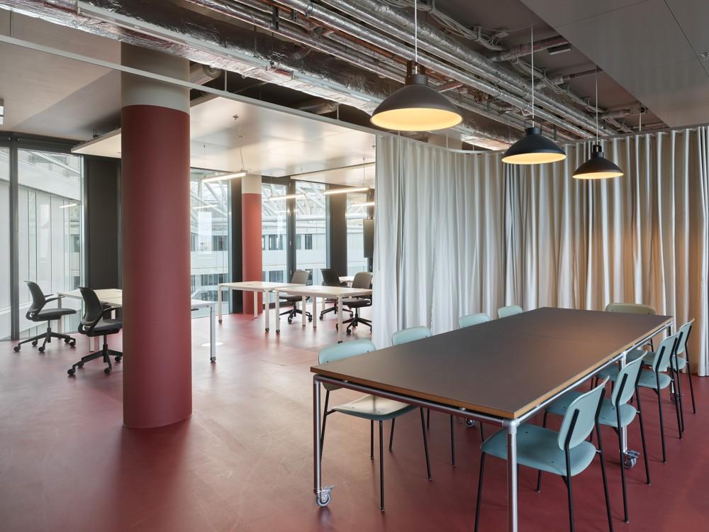 Multifunktionale Arbeitsbereiche mit textiler Zonierung. Abbildung: aib GmbH, Duisburg, Roland Halbe