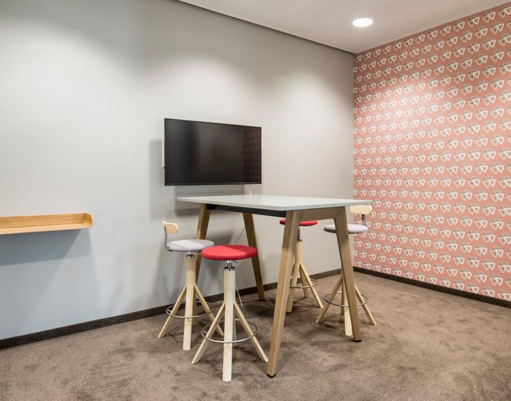 Holzästhetik und ruhige Farben erhöhen die Konzentration. Abbildung: aib GmbH, Duisburg, Markus Heinbach