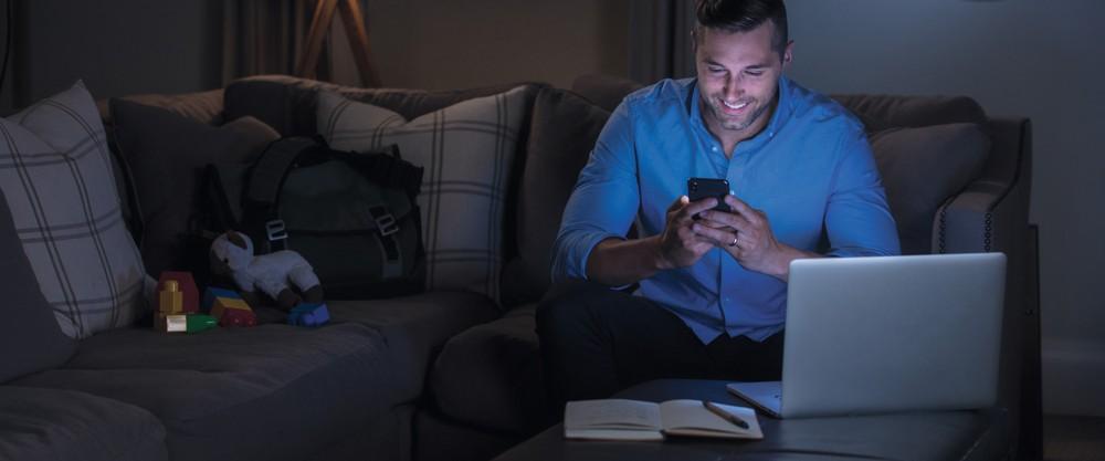Die dauerhafte Arbeit bei schlechter Beleuchtung, insbesondere im Home-Office, kann die Augenleistung stark beeinträchtigen. Abbildung: ZAGG