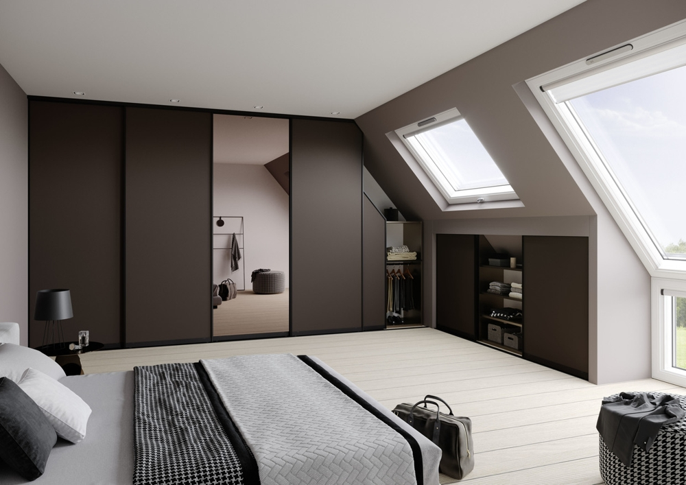 Perfekt an die Dachschräge angepasst: Der Einbauschrank mit Schiebetüren. Abbildung: raumplus