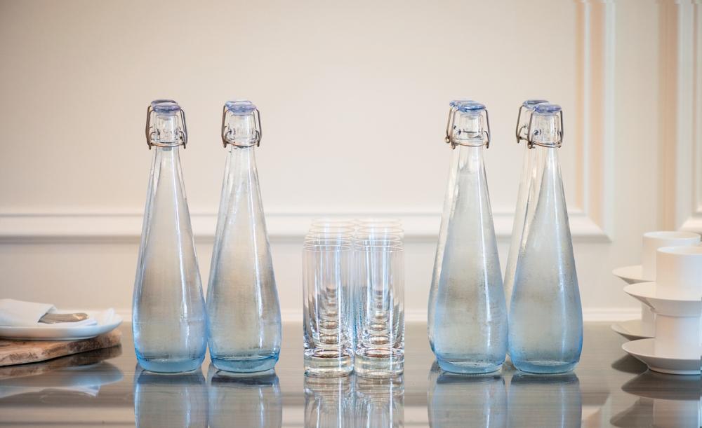 BRITA Vivreau bietet eine Auswahl an passenden Glasflaschen zu seinen Wasserspendern. Auf Wunsch mit dem eigenen Firmenlogo versehen. Abbildung: BRITA Vivreau