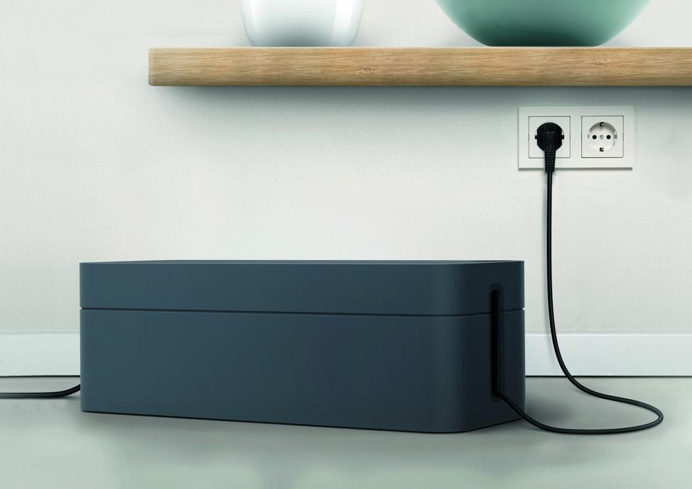 """<b>Cavoline-Box von Durable:</b> Das Kabelmanagementsystem reduziert das Risiko des Stolperns und des Kabelbruchs. In der Box können verschiedene Netz- und USB-Kabel sowie Steckdosenleisten integriert werden, die anschließend nicht mehr sichtbar sind. Der """"Cable Dot"""" auf der Oberseite dient als Durchlass und Fixierung für Mobiltelefon-Ladekabel. Die Boxen bestehen aus flammhemmendem Kunststoff. Inklusive klebbarer Kabelclips für den Schreibtisch."""