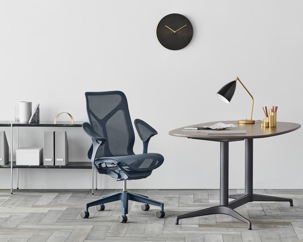 <b>Cosm von Herman Miller:</b> Der von Studio 7.5 designte Bürostuhl erfüllt hohe ergonomische Anforderungen. Mit dem integrierten Neigungsmechanismus Auto-Harmonic Tilt wird der Nutzer bei jeder Bewegung gestützt. Die atmungsaktive und temperaturneutrale Elastomer-Membran, die eine durchgängige Fläche aus Rückenlehne und Sitz bildet, ist das optisch herausstechende Merkmal. Der Hersteller gibt zwölf Jahre Garantie. Ausgezeichnet mit dem iF Gold Award.