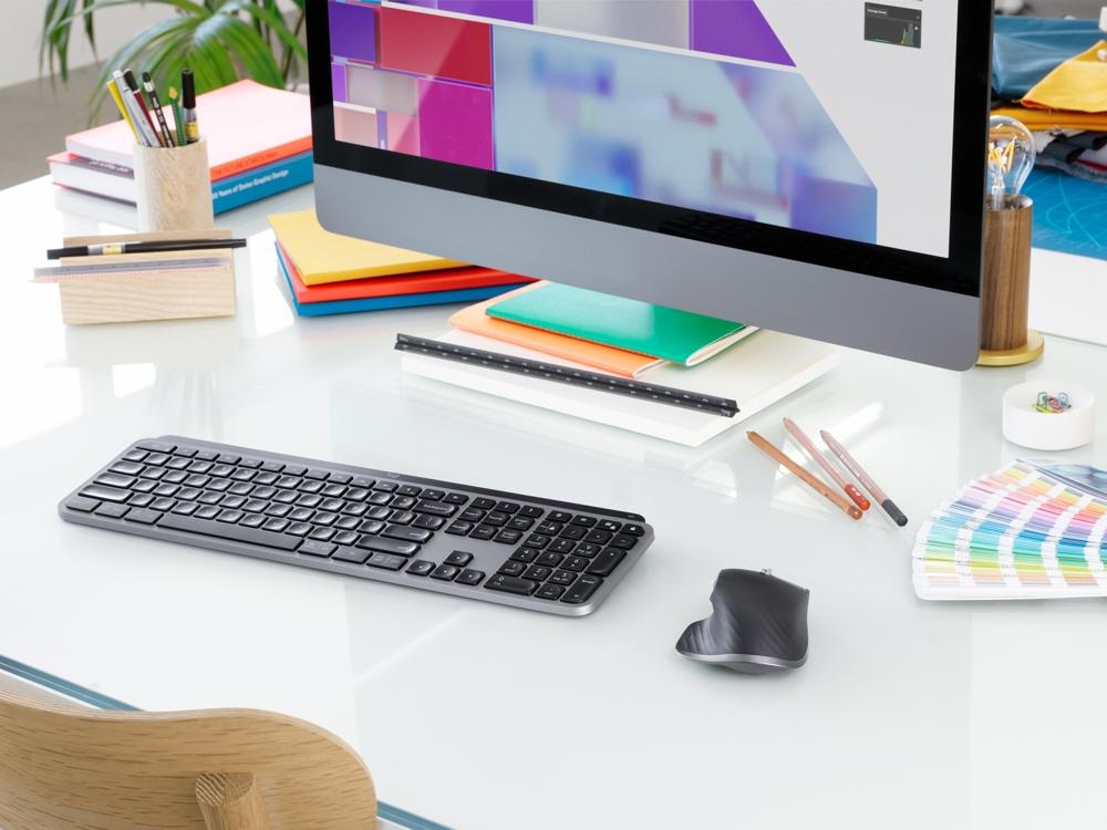 <b>MX Keys und MX Master 3 von Logitech:</b> Die Tastatur kombiniert robuste Tasten mit smarter Hintergrundbeleuchtung und einem präzisen Tastenanschlag. Die leichten Dellen in jeder Taste sind der Form der Fingerspitzen angepasst. Die kabellose, ergonomische Maus MX Master 3 überzeugt mit Reaktionsschnelligkeit und hoher Präzision. Dank ihres elektromagnetischen MagSpeed-Scrollrads kann sehr schnell und nahezu lautlos gescrollt werden.