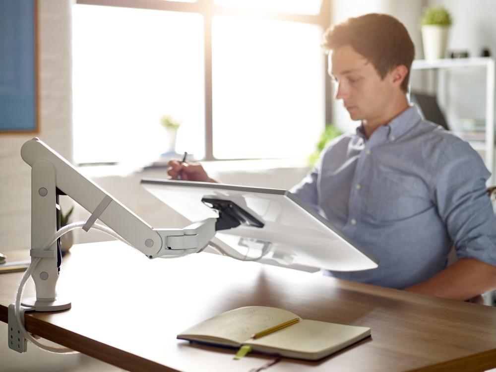 Die preisgekrönten ergonomischen Monitorarme sind so konzipiert, dass sie zugleich stilvoll und funktionell sind.  Abbildung: CBS