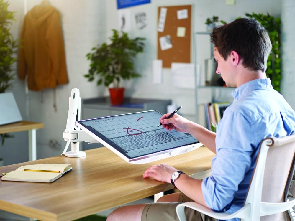 Der Monitortragarm-Lösung Ollin unterstützt Tablets und Laptops. Abbildung CBS