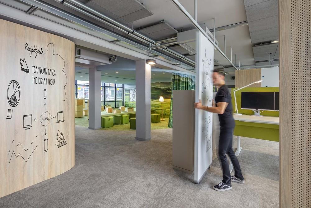 Zonierung durch mobile Wände und akustisch wirksame Vorhänge. Abbildung: bkp GmbH, Ralph Richter