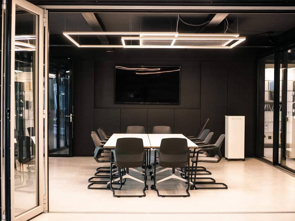 Besprechungsraum im Erdgeschoss: Minimalistisches Design fördert die Konzentration. Abbildungen: Raumprobe