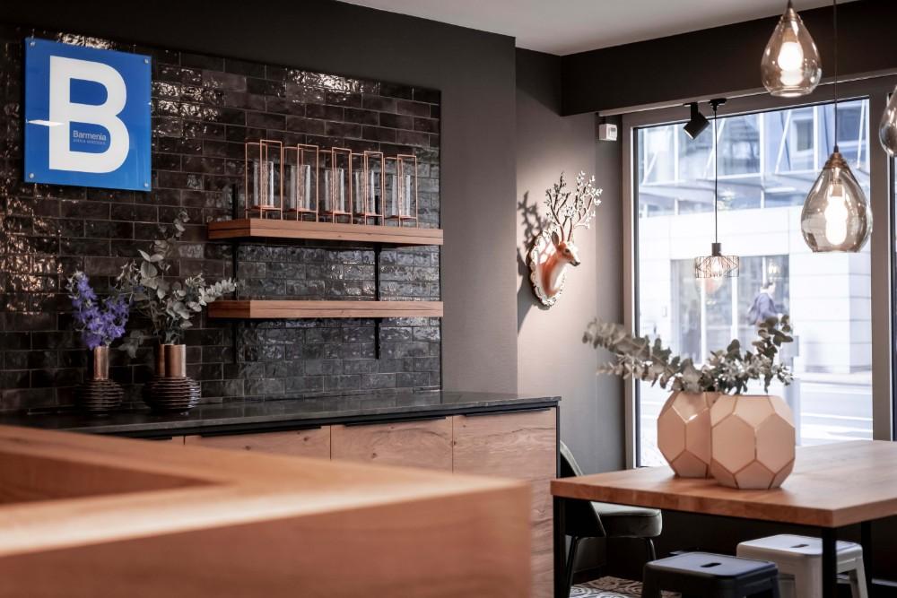 Kaffeezeile mit charakteristischen Farbelementen für Kundenberatungen oder Afterwork-Abende mit Kollegen. Abbildung: Maximilian Heinsch, Brust+Partner GmbH