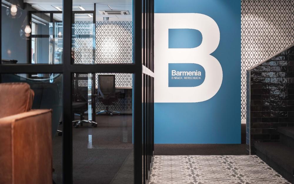 Glastrennwände in industriellem Stil schaffen lichtdurchflutete Konferenzräume. Abbildung: Maximilian Heinsch, Brust+Partner GmbH